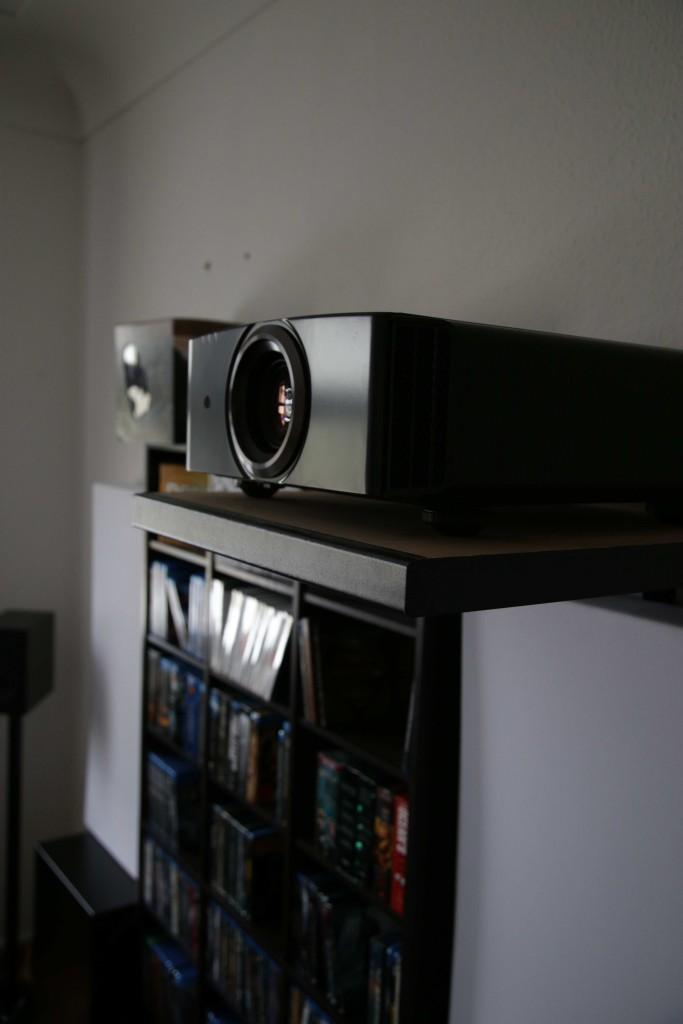 Der JVC X500 vor dem Hintergrund der Filmsammlung