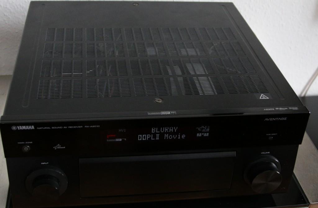 Der Yamaha RX-A2010 bietet bis auf 4k und Atmos auch noch die meisten modernen Features.