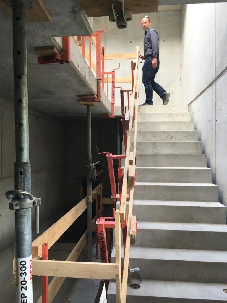 Treppe ins Obergeschoß mit Herrn Micklitz