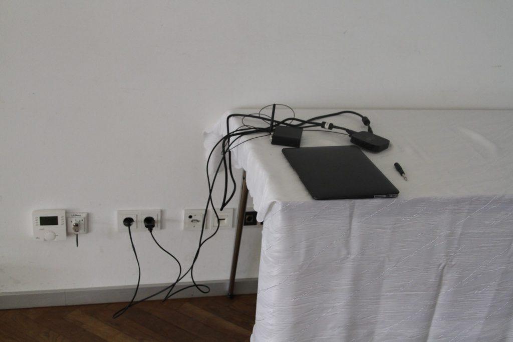 HIer kommt noch der Syncronice Hub in Kombination mit dem Apple TV. Später kommt nur noch das Macbook mit USB Sender zum Einsatz