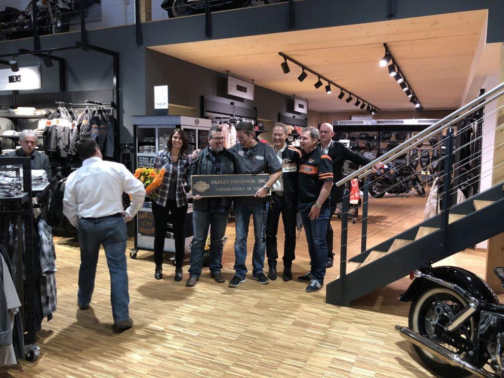 Firmenemblem von Harley-Davidson wird feierlich in Schwäbisch Gmünd überreicht