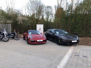 Porsche Modelle vor Harley-Davidson Schwäbisch Gmünd